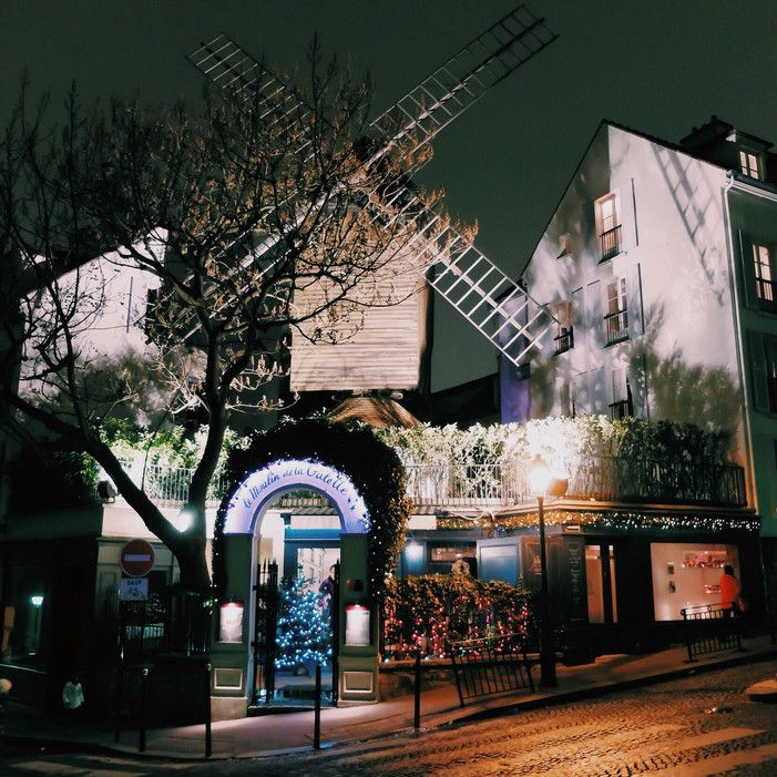 Le Moulin de la Galette is the perfect place for a romantic dinner in the heart of Montmartre. This lovely little restaurant is located in front of a windmill that was built in 1622. Since then, this place has been a cabaret, an open-air café, a music hall and, now, a bistro.