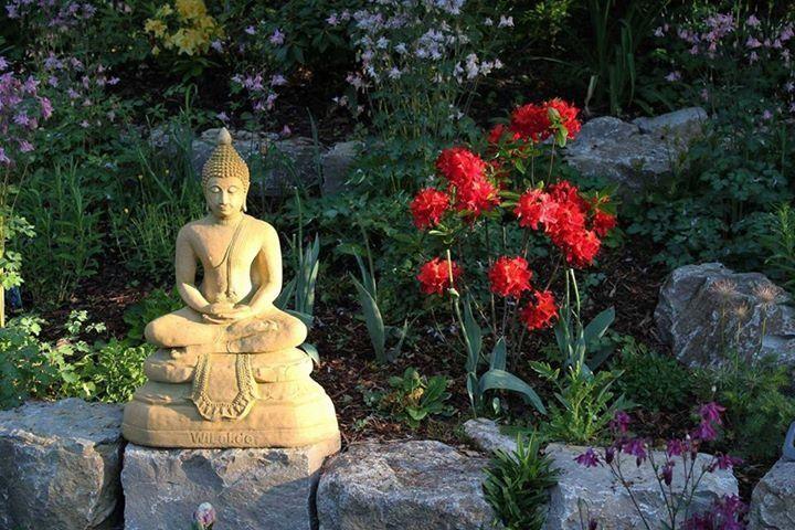 Buddha a az i.e. 4-6 században élő Siddhārtha Gautama nevű ember volt, aki bölcsességével, szelídségével, tudásával kitűnt embertársai közül. Gondolatait csak a tanítványaival osztotta meg, ő maga sosem jegyezte le őket. Több száz évig csak szájhagyomány útján terjedtek, kb. 400 évvel halála után írták csak le. A buddhizmus alappilléreit adó[...]