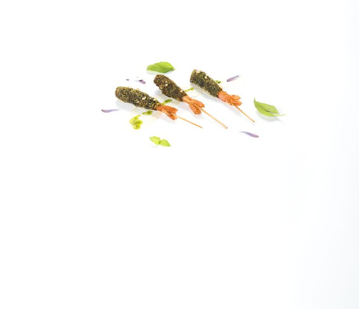 Brochetas de langostino en tempura negra y airbag de cerdo.