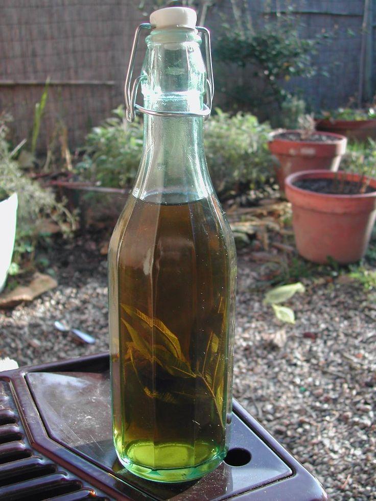 Liqueur de verveine - 1 l d'alcool  - 50 cl d'eau - 40 morceaux de sucres - 40 feuilles de verveine fraîche   Préparation de la recette :  Mettre les feuilles dans un bocal avec l'alcool et laisser tremper 40 j en remuant de temps en temps  Faire fondre le sucre dans les 50 cl d'eau que l'on a fait chauffer auparavant et laisser bien refroidir le sirop.  Passer ensuite la verveine et mélanger l'alcool où trempait la verveine et le sirop obtenu.
