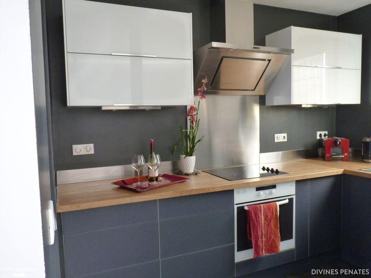 Une cuisine de style industriel avec plan de travail en bois et ...