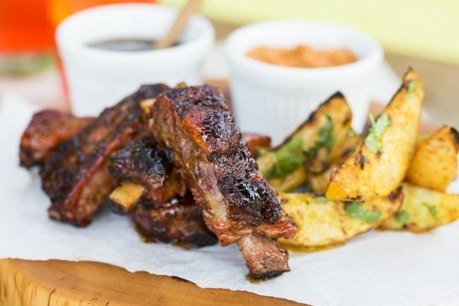 Baby Back Ribs med grillede poteter, bbq saus og ranch dressing