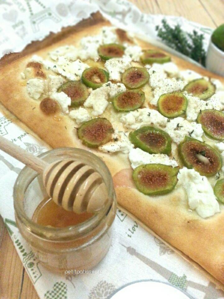 Questa è una ricetta che racchiude ciò che più amo: i fichi, il profumo delle erbe aromatiche e la pizza!!