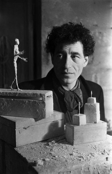 """Alberto Giacometti dans son atelier,  rue Hippolyte Maindron, Paris, 1946 avec """"la Nuit"""", premier projet de monument à Gabriel Péri"""