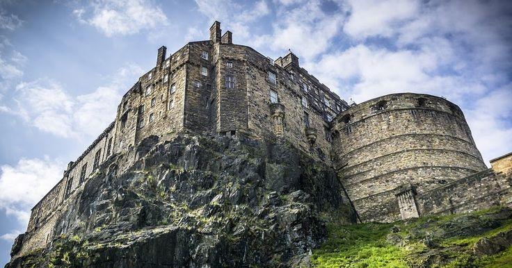 No hace falta armarse de valor para visitar Escocia sólo con tomar las excursiones con calma y estar al tanto de las numerosas leyendas que abundan en esta tierra es suficiente. Pero si eres amante de las emociones fuertes y deseas recorrer uno de los tantos castillos (catalogado como misterioso por sus historias de fantasma) deben dirigirse directamente hacia la costa Oeste de Edimburgo e ingresar al Castillo Tantallon.    Situado a sólo cinco kilómetros del sureste de Berwick del Norte…