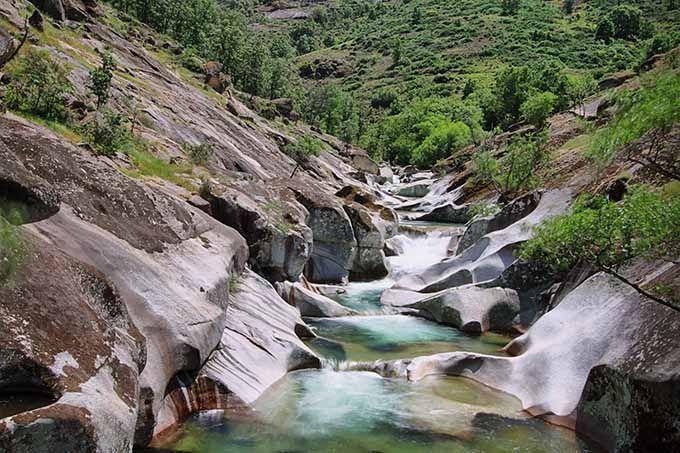 """Garganta de los infiernos Extremadura Situadas en un lugar privilegiado al norte dela provincia de Cáceres, en el extrema occidental de la Sierra de Gredos y en el corazón del Valle del Jerte se trata de un lugar lleno de saltos de agua, arroyos, cascadas y, en especial, piscinas naturales y grandes pozas circulares (los famosos """"pilones"""") excavadas en la roca por la erosión del agua de los ríos."""