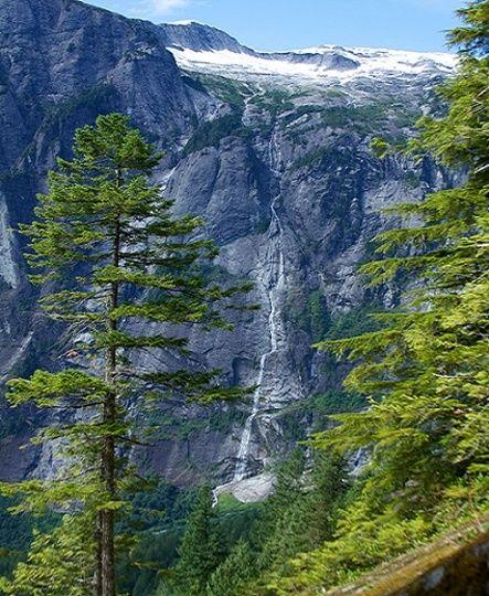 Vodopády James Bruce    Výška: 840m  Lokalizácia: Britská Kolumbia, Kanada  Vodopády James Bruce sú najvyšší vodopádmi v  Severnej Amerike. Vodu tomuto vodopádu poskytujú snehové polia pobrežného horského pásma a  tento nádherný vodopád padá do zátoky