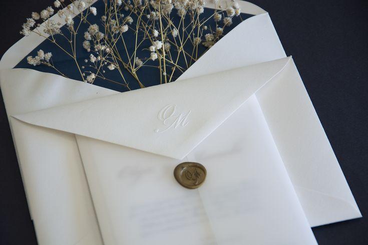Invitaciones de boda de Olga y Manolo. Base clásica y un toque actual con detalles de estampación en seco y lacre en dorado. #invitaciones #invitacionesdeboda #bodas2018 #bodas #invitacionesoriginales #invitacionesclásicas #invitacioneslacradas #stationery #weddingstationery