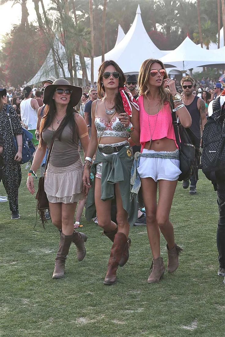 El segundo día de Coachella, la top de Victoria's Secret apostó por un dos piezas compuesto por un cropped top y unos shorts con estampado tipo bandana, cinturón y botas de estilo campero, camisa a la cintura y pañuelo en el pelo.