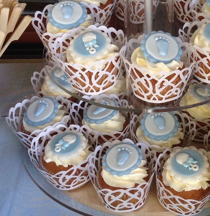 Baby shower cupcakes, for a little boy: Small feet and rattles in white and light blue colors... Cupcakes: il baby shower di un maschietto.. Bianco e azzurro per piccoli piedini e sonaglietti.
