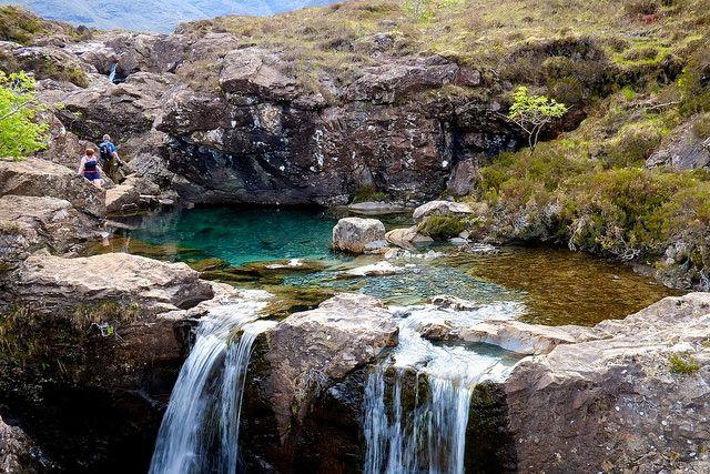 """En la Isla Skye en Escocia, se encuentran las """"Fairy Pools"""" lo que traducido significa """"Piscinas de las Hadas"""". El nombre va perfecto para este mágico lugar, donde se formar piscinas naturales de color turquesa y agua transparente. El único inconveniente es que el agua esta helada"""