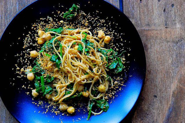 pasta met kikkererwten, spinazie en chili - knoflookkruim. 3 sneetjes grof brood olijfolie 5 teentjes knoflook rasp en sap van 1 citroen 2 kleine gedroogde chili pepertjes 250 gr volkoren pasta 1 blik - 400 gr kikkererwten 300 gr spinazie peper