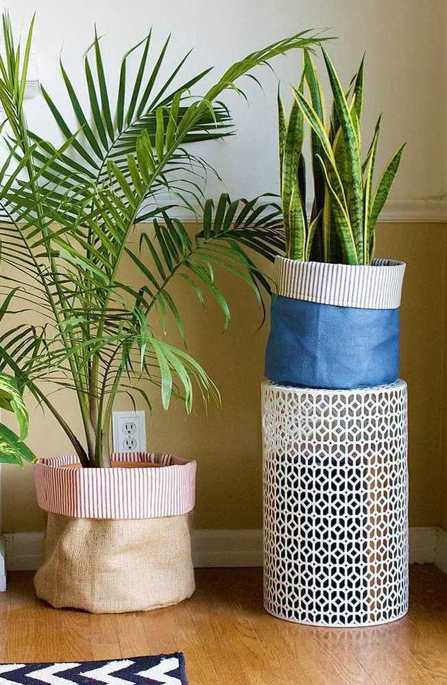 Add some flair to your indoor plants with our DIY fabric planters! This is an easy way to decorate your apartment and add the finishing touches to your indoor garden. Plus, you can make them to accommodate any sized plant. Click in for more.