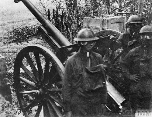© IWM (Q 69550) Gun crew of a French 75mm gun (American 12th Battery, 12th Field Artillery Regiment) wearing gas masks. Bois de Belleau, 30 June 1918. The battle for Belleau Wood raged from 1 - 26 June, so the Yanks are pressing their advantage.