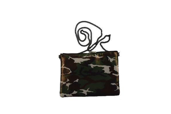 Bolso Militar LeCortes de color verde y marrón. Cierre de cremallera y fina cadena de eslabones negros. Diseño con estampado militar y pequeñas motas doradas. Forro interior confeccionado en satén.