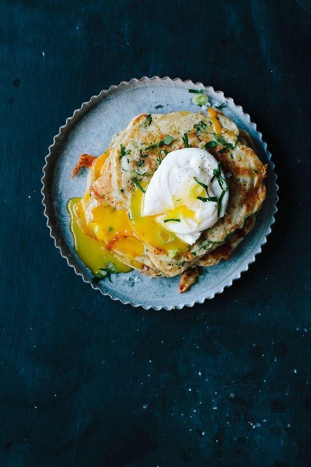 Des pancakes salés avec un œuf poché brinner petit déjeuner diner pinterest