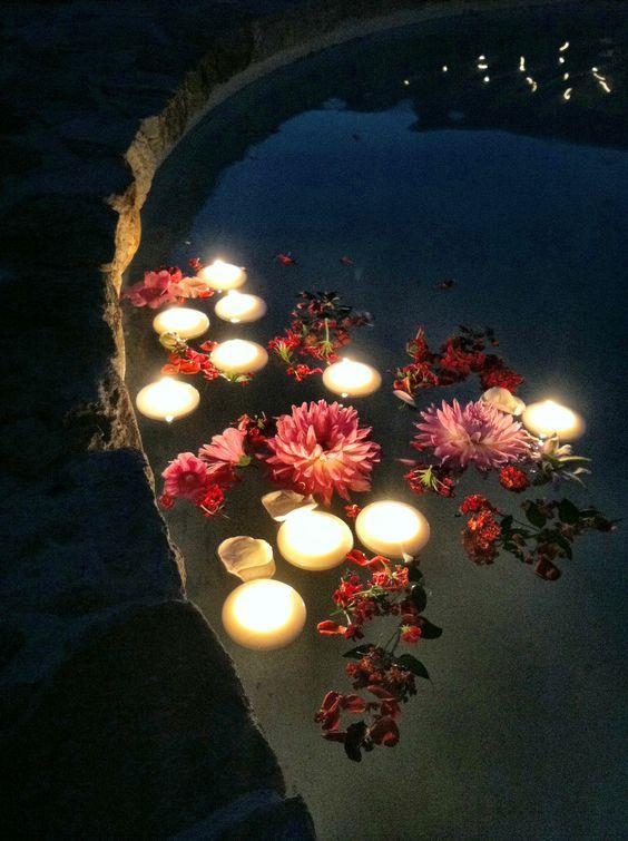 Der Sanfte Kerzenschein Und Schwimmende Blüten Läuten Die Abendstunden Im  Garten Ein.