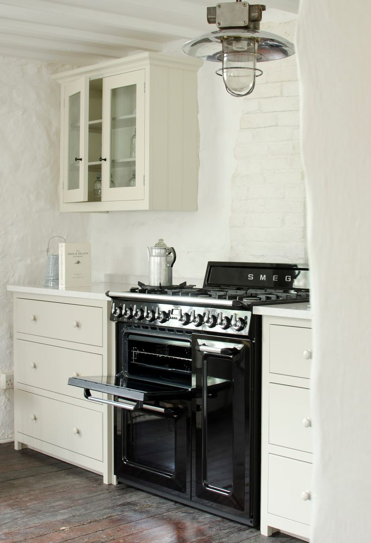 """Smeg 90cm """"Victoria"""" Traditional Dual fuel 3 cavity Cooker with Gas hob, Black enamel finish Energy rating AA   Available from www.htodd.co.uk  #smeg #cooker #Yorkshire #range #kitchen #country #ideas"""