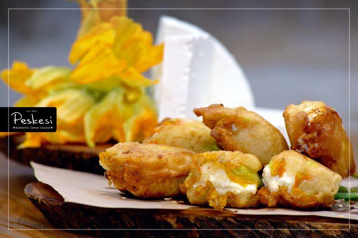 Κολοκυθοανθοί γεμιστοί με μυζήθρα! Μία από τις αγαπημένες γεύσεις, της κρητικής παραδοσιακής κουζίνας. Λουλουδάτοι και γεμάτοι γεύση... είναι σαν να έχεις την Άνοιξη στο πιάτο σου! Τα άνθη, τα φύλλα, οι βλαστοί, ακόμη και οι ρίζες, αποτελούν από τα βασικά συστατικά της περίφημης κρητικής διατροφής, πηγή μακροζωίας και υγείας.