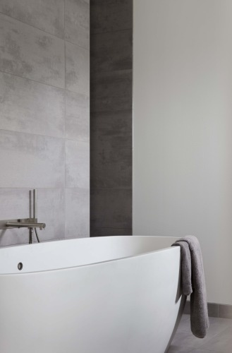 Minimalist bathroom with soft, white and stone colors, bathtub by Agape _