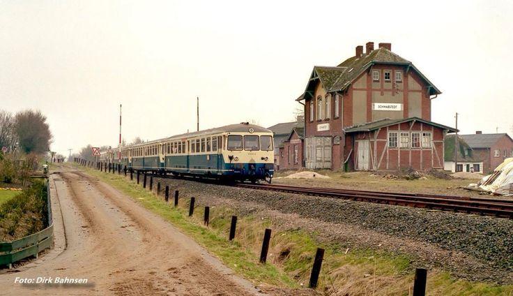 Nebenbahnen in Schleswig-Holstein (1)... Bereits im Jahre 1974 endete der Personenverkehr auf der direkten Bahnstrecke zwischen Husum und Rendsburg. Bis 2003 hielt sich noch ein bescheidener Güterverkehr auf einem Teilabschnitt, alle Gleise sind mittlerweile bis auf ein kurzes Stück bei Husum abgebaut. Am 7.4.1984 war noch eine 4-teilige Akku-Triebwagen-Einheit auf der Nebenbahn anläßlich des Abschieds der Baureihe in Schleswig-Holstein unterwegs (Bhf. Schwabstedt)...
