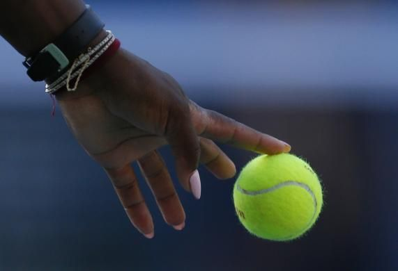 Serena Williams bounces a ball as she serves to Caroline Wozniacki of Denmark during their women's singles finals match at the 2014 U.S. Open tennis tournament in New York, September 7, 2014.  REUTERS/Adam Hunger