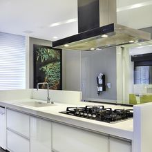 Cozinha planejada com coifa de Alumínio