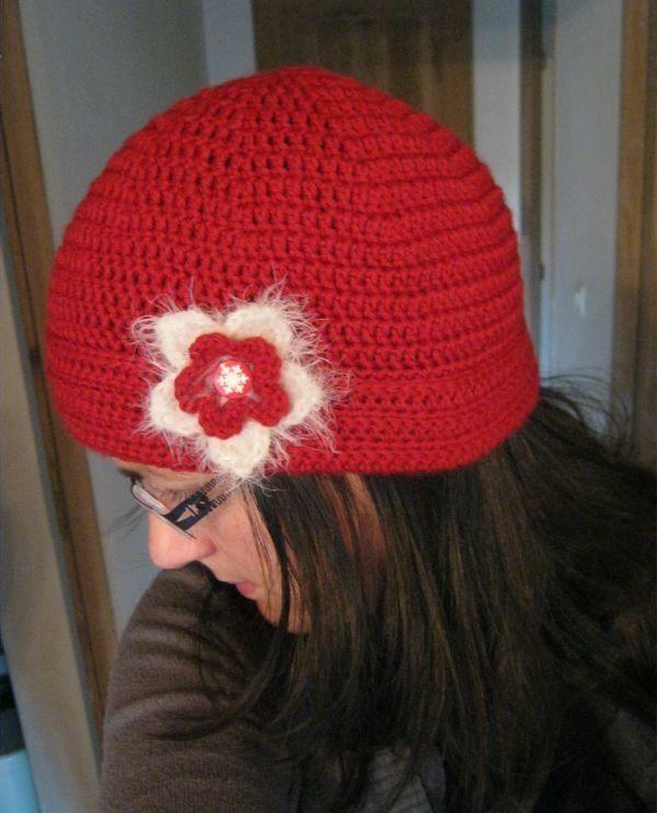 Superbe bonnet rouge pour femme orn d 39 une fleur amovible et d 39 un revers tuto avec des - Modele tricot bonnet femme facile ...