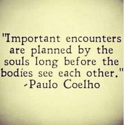 In ogni istante della nostra vita abbiamo un piede nella favola e l'altro nell'abisso - Paolo Coelho
