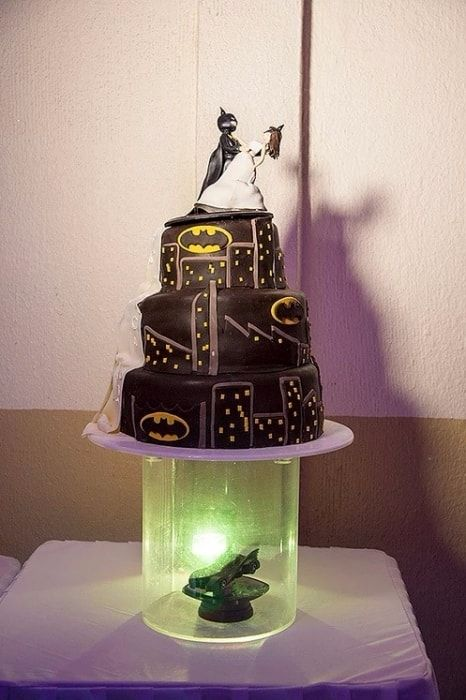 Pastel de Batman para la boda  ¡Mira la boda completa aquí!  Bodas.com.mx 💕  📸Cin San Photography  #Wedding #bodas #pastel #weddingcake