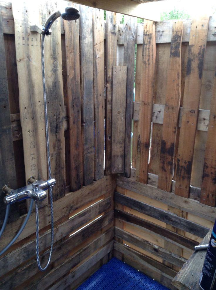 Buiten douche gemaakt van pallets