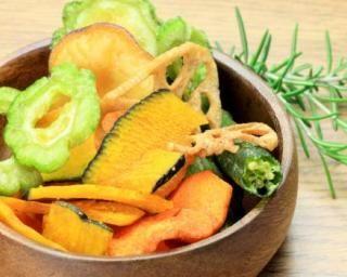 Chips de légumes au four : http://www.fourchette-et-bikini.fr/recettes/recettes-minceur/chips-de-legumes-au-four.html