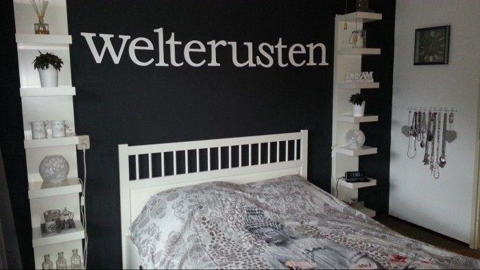 Pimp je slaapkamer de witte plankenkasten links en rechts van het bed zijn kant en klaar te - Hoe kleed je een witte muur ...