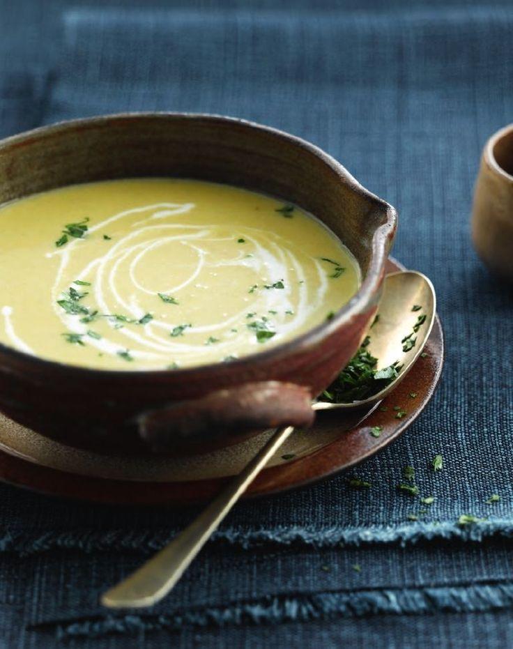 Bereiden:Verhit wat boter in een pot op een matig vuur. Fruit er de stukjes ui in, zonder te kleuren.Schil de zoete aardappel en snij in grove stukken. Voeg ze bij de ui en laat alles een paar minuten stoven.Zet het vuur lager en voeg de stukjes witloof toe. Laat nog 5 minuten meestoven op een zacht vuurtje. Roer alles regelmatig even om.Voeg de kruiden, groentebouillon en kokosmelk toe. Laat nog enkele minuten pruttelen.Verwijder het laurierblad en de peterselie...