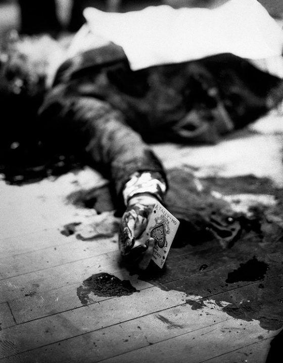 El capo mafioso de New York, Joe Masseria, líder de la familia Genovese, yace muerto en el suelo de un restaurante de Brooklyn sujetando un as de picas, 1931.