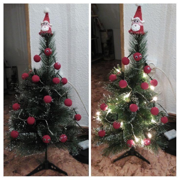 arbol de navidad con bolas y papa noel de ganchillo