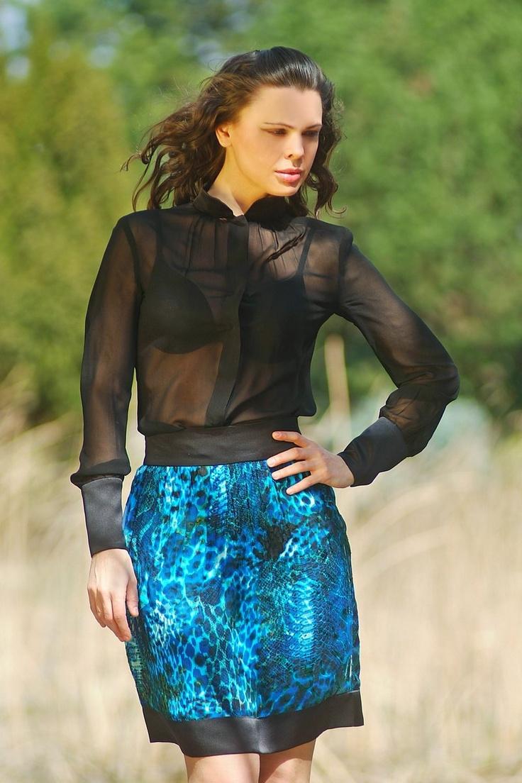 Fekete selyem muszlin blúz,  maratott mintás türkiz szoknya. Mérete:36, ára: blúz:12000 Ft, szoknya: 12000Ft.