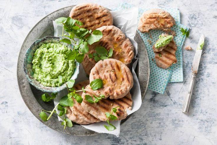 Deze platte broodjes uit eigen oven besmeer je met superfrisse doperwtenspread - recept - Allerhande