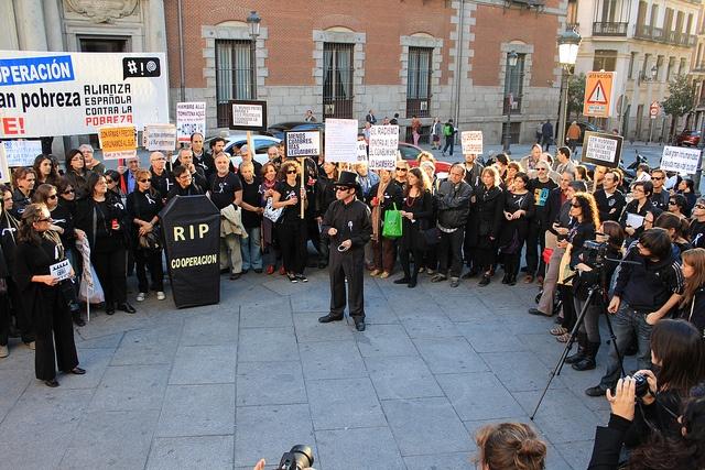 Madrid - Funeral Social    Empezamos en la Puerta del Ministerio de Asuntos Exteriores en Entierro de la Cooperación al Desarrollo  Foto: Saviano Abreu by Intermón Oxfam, via Flickr