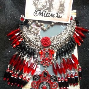 Collier plastron noir et rouge sur métal argenté