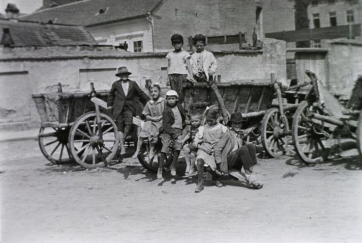a felvétel az Aranykakas utca és az Ív utca találkozásánál lévő térnél készült.