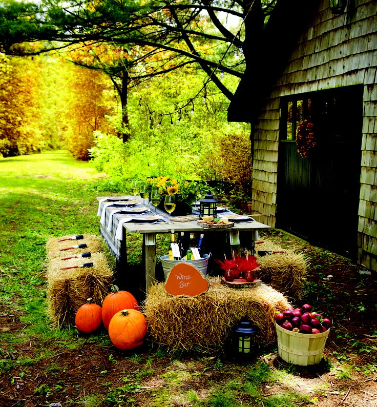 Give your outdoor space a rustic and cozy look with this #DIY Harvest Gathering #table.