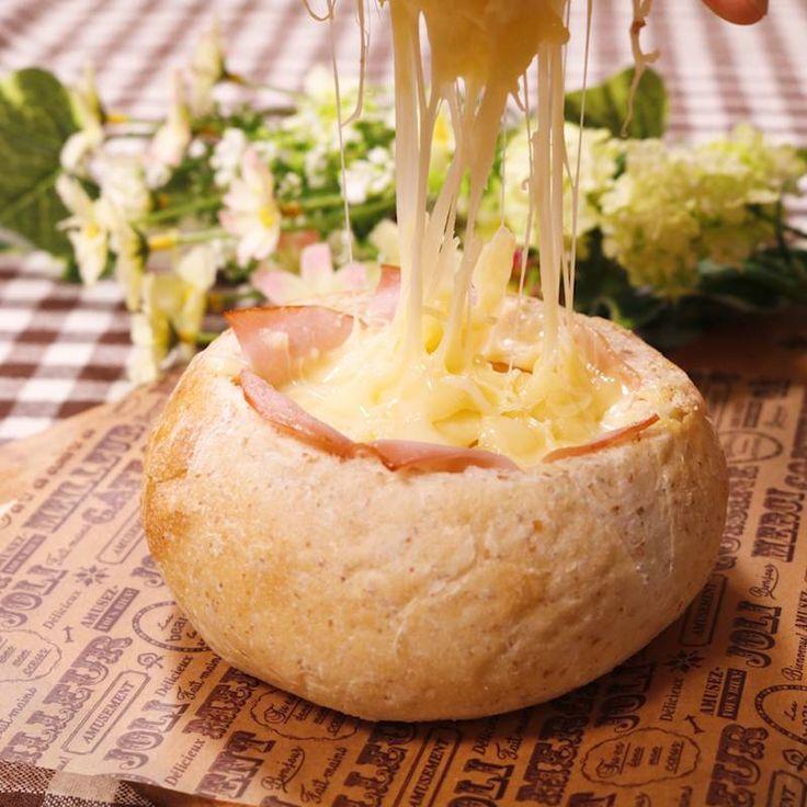 「卵が濃厚 トロトロチーズポットパン」の作り方を簡単で分かりやすい料理動画で紹介しています。ころんとした見た目も可愛いポットパン!卵とチーズがとろとろのソースになって濃厚な味わいです。アルミホイルなどで包んで、バーベキューの網の上で15分程焼いても美味しくお召し上がり頂けるので、キャンプなどの場での朝食としてもお楽しみ頂けます!