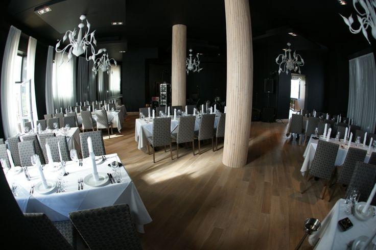 """Ресторан «A la carte», расположен на 2 этаже SPA отеля """"Свежий ветер"""", рассчитан на 180 посадочных мест, имеет панарамную веранду на 60 посадочных мест, с которой открывается потрясающий вид на окрестности. В летнее время на веранде можно насладиться чистым воздухом, а в зимнее она отапливается. У ресторана бар на 35 посадочных мест. В помещении боулинга и бильярда на 0 этаже, есть бар-караоке, а в помещении гостиницы имеется лобби-бар. Линия завтраков на 110 человек 1 этаж."""