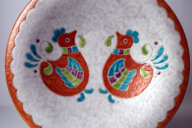 Centrotavola in ceramica da 35cm, dettaglio della decorazione con pavoncelle, realizzata da KeraPinta.