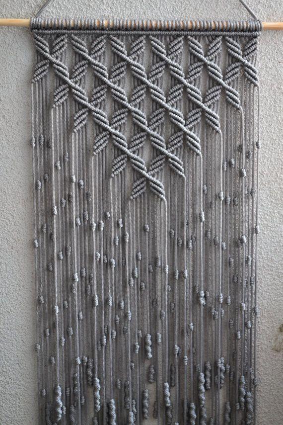 Técnica de macramé hecha a mano de los paneles de pared. Material: 100% poliéster. Color: gris claro. Correa: madera natural - pino. Dimensiones: La longitud de la correa en la parte inferior, incluyendo el hilo de rosca - 86cm / pulgadas 33,9 Ancho - 38cm/15 pulgadas