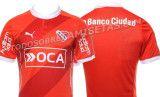 Apenas faltan un par de horas para que sea presentada de forma oficial la nueva camiseta local de Independiente de Avellaneda, y ya tenemos algunas fotos oficiales para los que no pueden esperar. Como ya les habíamos mostrado anteriormente, la camiseta...