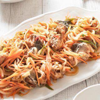 Cuando los trozos de pescado frito se marinan en vinagre ligeramente dulce y salsa a base de soja con muchas verduras desmenuzadas, se transforma el pescado en algo totalmente diferente.