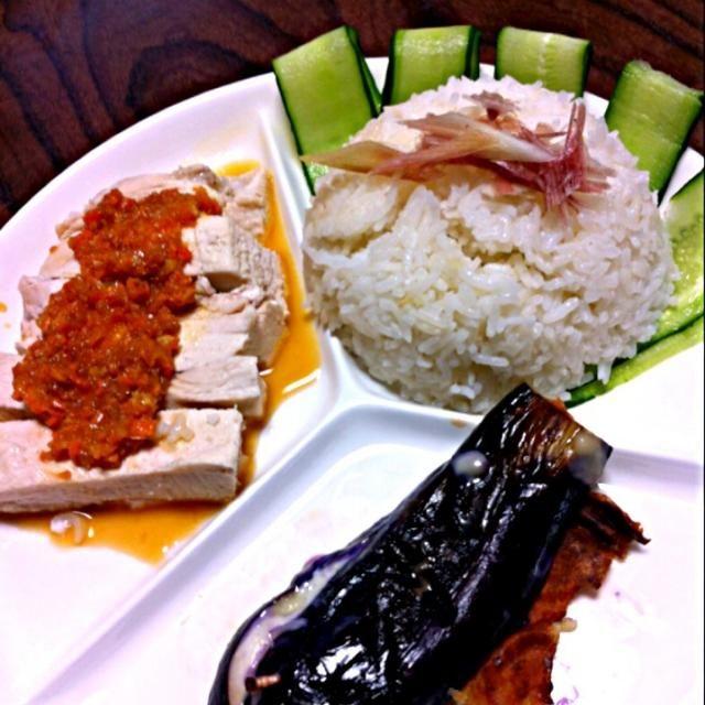 お米はジャスミンライスを使ったよ。タレは作るのが面倒になって、自家製人参ドレッシングで(*^^*)タイ料理にも見えるけど(^^;;なかなか美味しく出来たので、今度はちゃんとタレ作ってより本格的にするぞー!今日は試作ってことで(笑)ちなみにナスは家庭菜園作品です。 - 45件のもぐもぐ - シンガポールチキンライス by ともこ