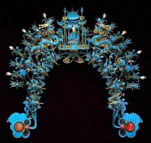 Китайские украшения в технике дянь-цуй  На поверхность золота или серебра накладывалась аппликация из ярких синих перьев зимородка, сверху наносился специальный раствор, защищающий перья от внешних воздействий и создающий эффект эмали.